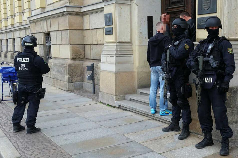 Im Rockerprozess wurden die Sicherheitsbestimmungen am Montag noch einmal verschärft. Die Polizisten tragen jetzt vor und im Gerichtsgebäude Helme und Maschinenpistolen.