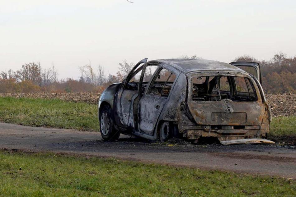 Ein 47-jähriger Ehemann soll seine 45-jährige Frau in dem Auto schwer verletzt und danach angezündet haben.