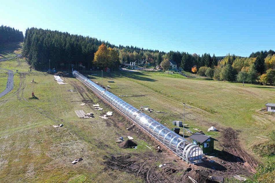 """Die 110 Meter lange Plexiglasröhre soll das """"Zauberteppich-Laufband"""" vor der Witterung schützen."""