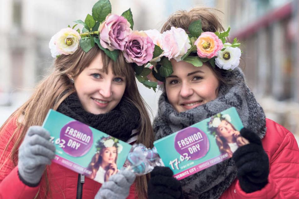 """Die Models Lisa (18, l.) und Michelle (22) machten in der City Werbung für den """"Fashionday""""."""