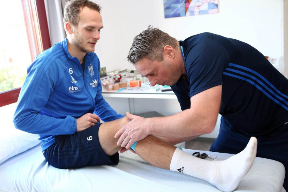 Physiotherapeut Olaf Renn (r.) bei der Arbeit. Hier behandelt er den Ex-CFCer Julius Reinhardt