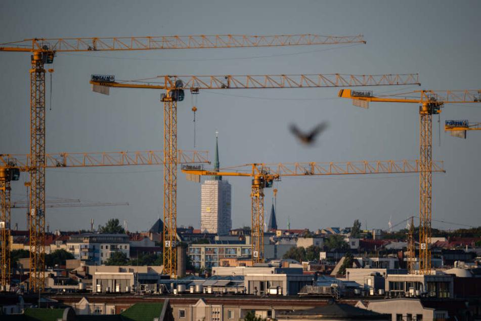 Kräne stehen durch die Berliner Skyline über dem Bezirk Mitte.