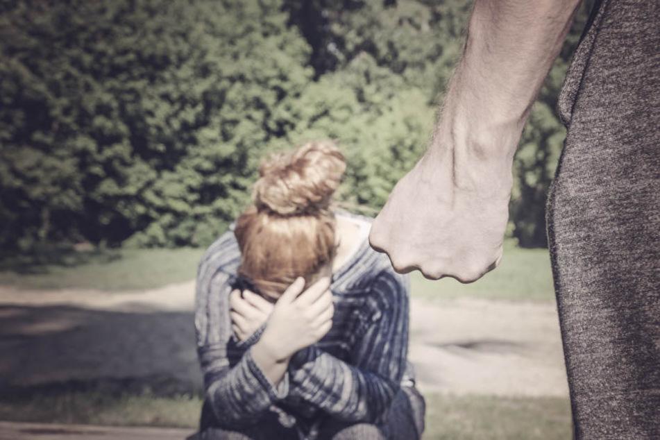Der Mann ging aus Eifersucht auf seine Verlobte los. (Symbolbild)