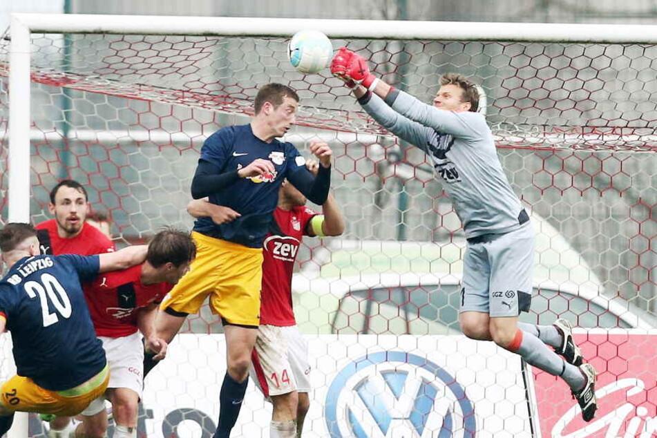 Zwickaus Torhüter Marian Unger faustet den Ball am 17.04.2016 vor dem Leipziger Henrik Ernst aus der Gefahrenzone.