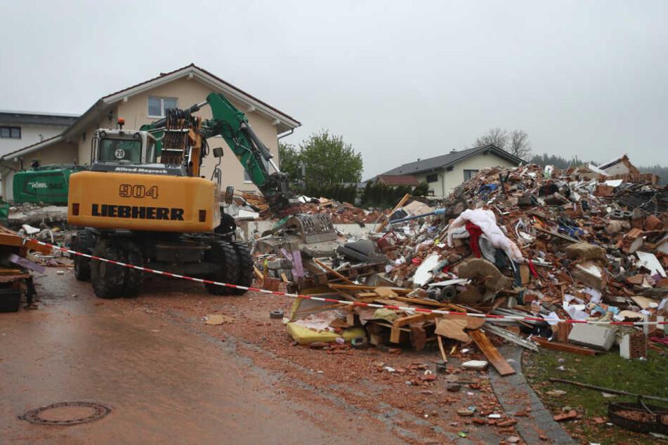 Untern den Trümmern des Hauses wurden die Leichen eines Vaters und seiner kleinen Tochter geborgen.