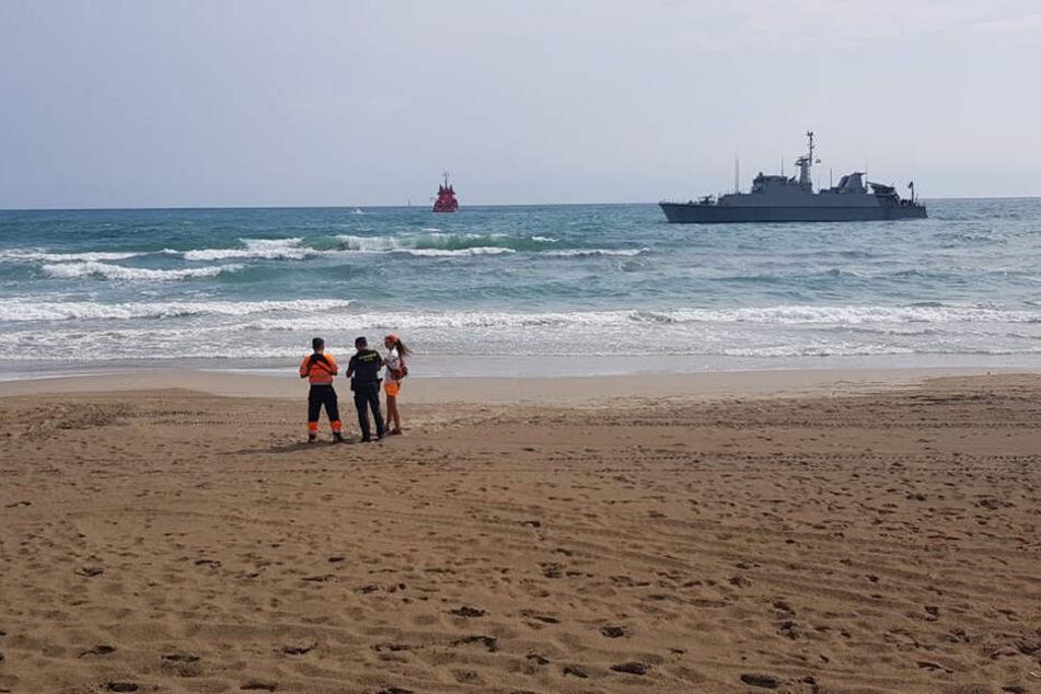 Ein spanisches Marineschiff hilft bei der Bergung der Wrackteile des abgestürzten Flugzeugs.