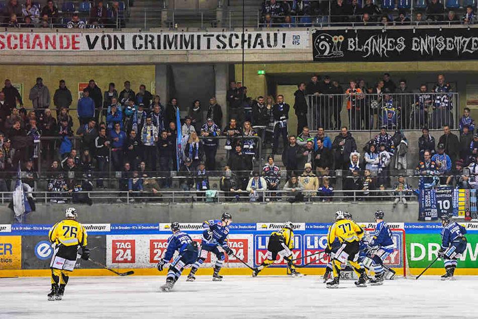 """Über der Nordkurve prangte das Banner """"Schande von Crimmitschau"""". Die Eislöwen hätten Bayreuth zweistellig abschießen müssen, verloren am Ende jedoch in der Verlängerung."""