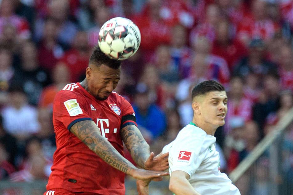 Jérôme Boateng (links) überspringt Bremens Milod Rashica im DFB-Pokal-Halbfinale.