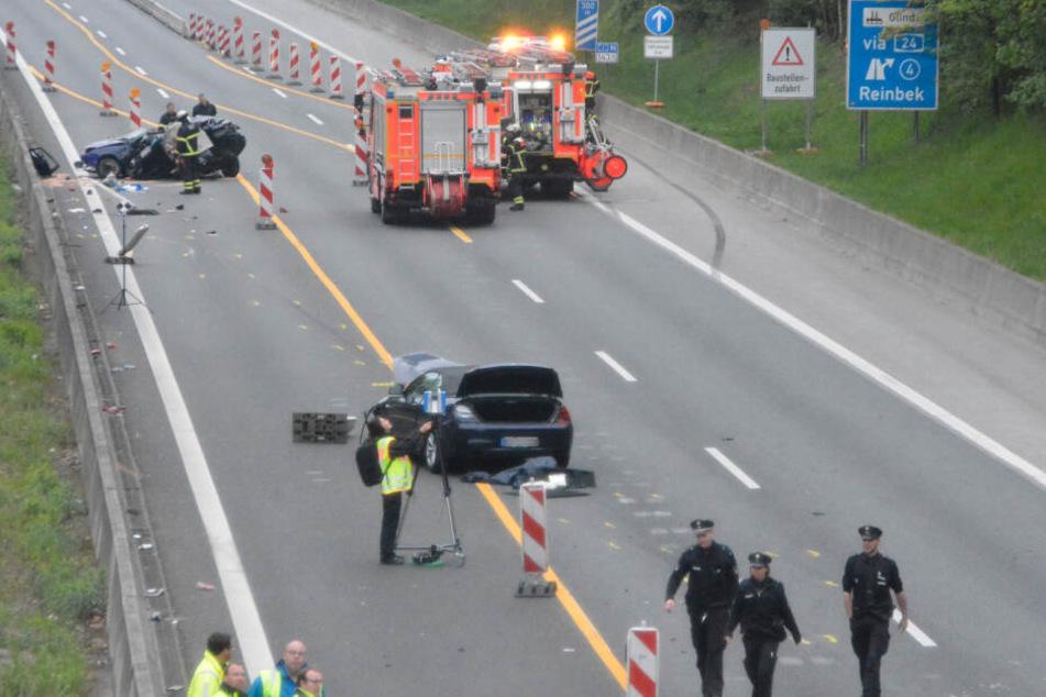 Zwei Autos stehen nach einem Unfall auf der Autobahn 1 in Hamburg.