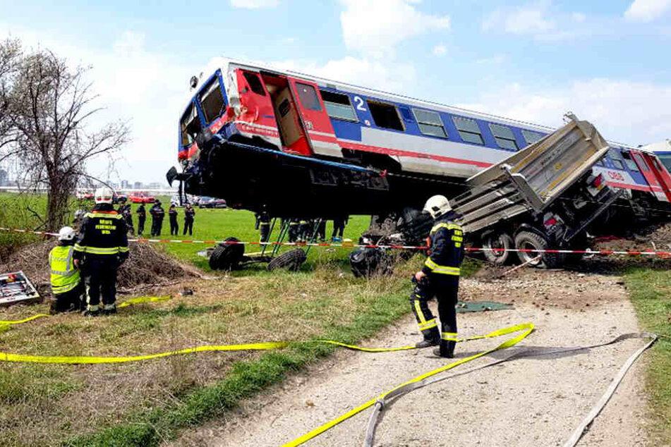 Zug entgleist bei Crash mit Lkw: 15 Verletzte, drei davon schwer
