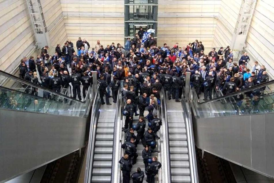 Im Leipziger Hauptbahnhof nahm die Bundespolizei von mehreren Personen die Personalien auf, dann ging es mit Shuttlebussen zum Stadion.