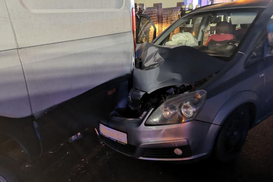 Familienvater kracht in parkenden Transporter: Mutter und zwei Kinder schwer verletzt