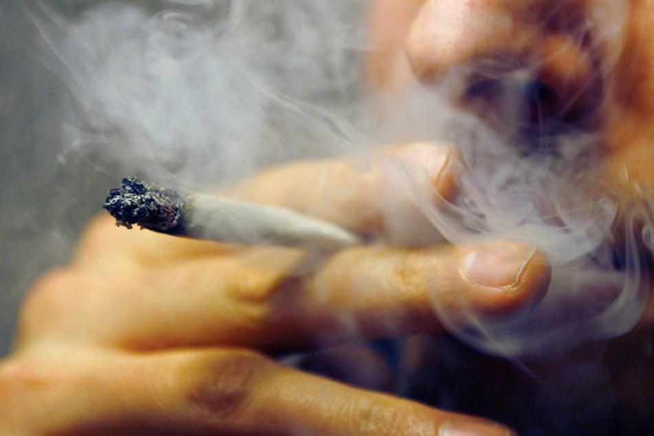 Der 26-Jährige rauchte in der S-Bahn einen Joint.