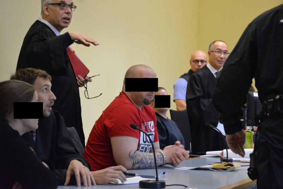 Der Platz reichte am Freitag im Amtsgericht erstmal nur für drei Angeklagte und  ihre Verteidiger.