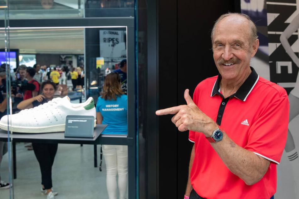 Der frühere Tennis-Star Stan Smith (72) steht beim Sportartikelhersteller adidas in einer Geschichtsausstellung zu der Marke neben seinem gleichnamigen Schuhmodel - der Stan Smith.