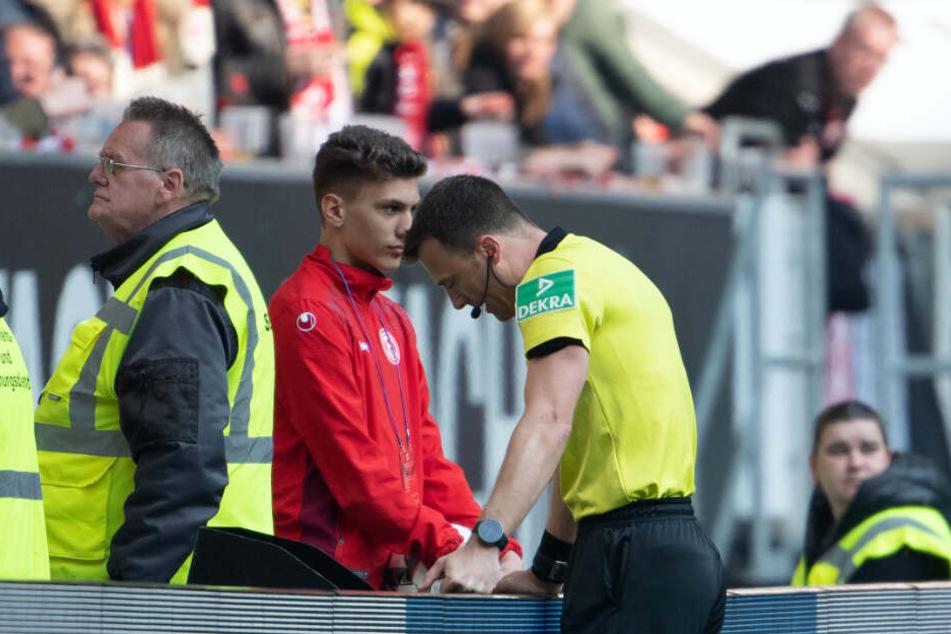 Fortuna Düsseldorf gegen FC Bayern: Felix Zwayer schaut auf den Bildschirm für den Videobeweis und entscheidet anschließend auf Elfmeter.