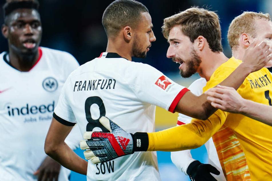 Spieler von Eintracht Frankfurt freuen sich über den Sieg gegen die TSG Hoffenheim.