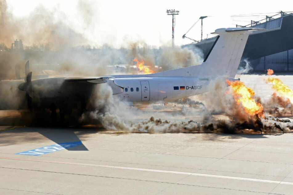 Alarm am Flughafen! Flieger brennt nach Hubschrauber-Absturz