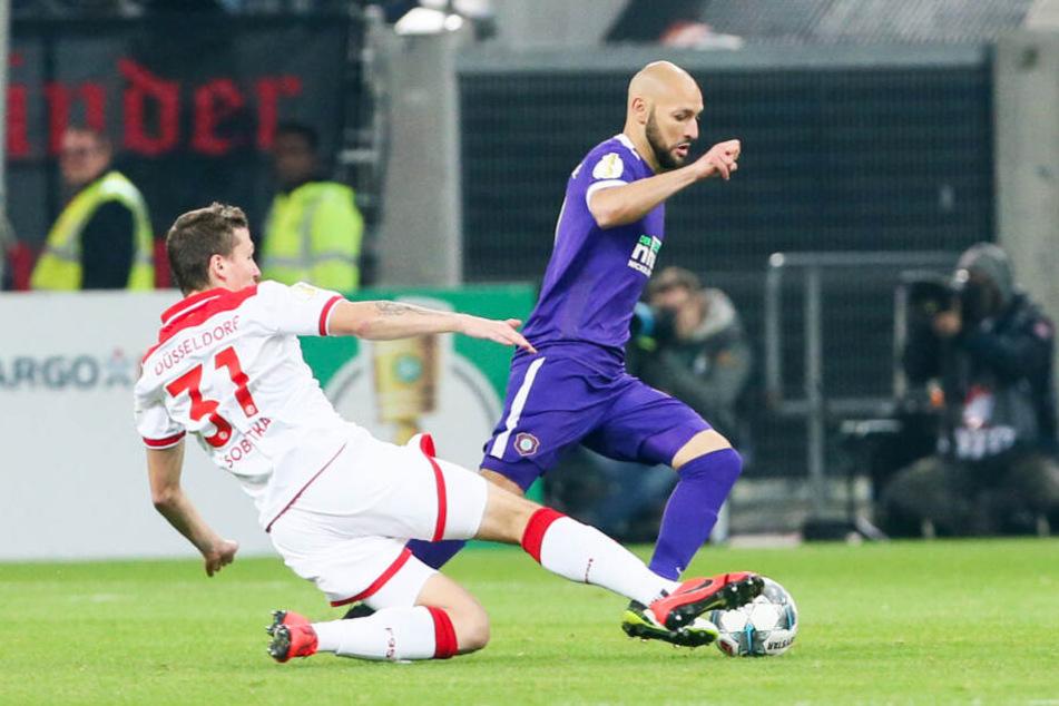 Philipp Riese, der sich hier gegen den Düsseldorfer Marcel Sobottka behauptet, muss in Bochum nach fünf Gelben Karten zuschauen.