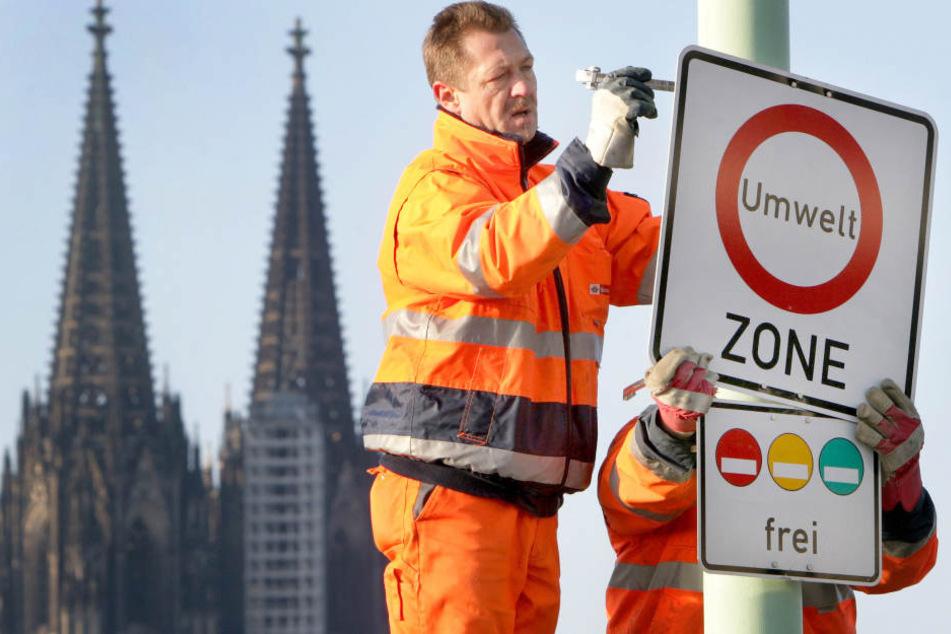 Verkehrsschild weist auf eine Umweltzone in der Kölner Innenstadt hin.
