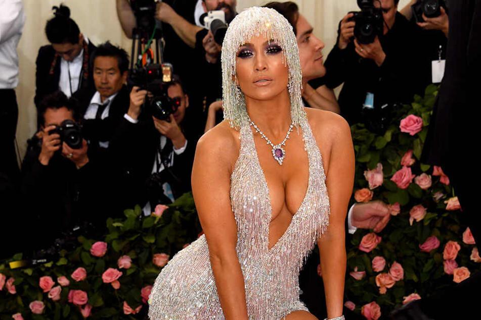 Jennifer Lopez (49) geizt nicht mit ihren Reizen.