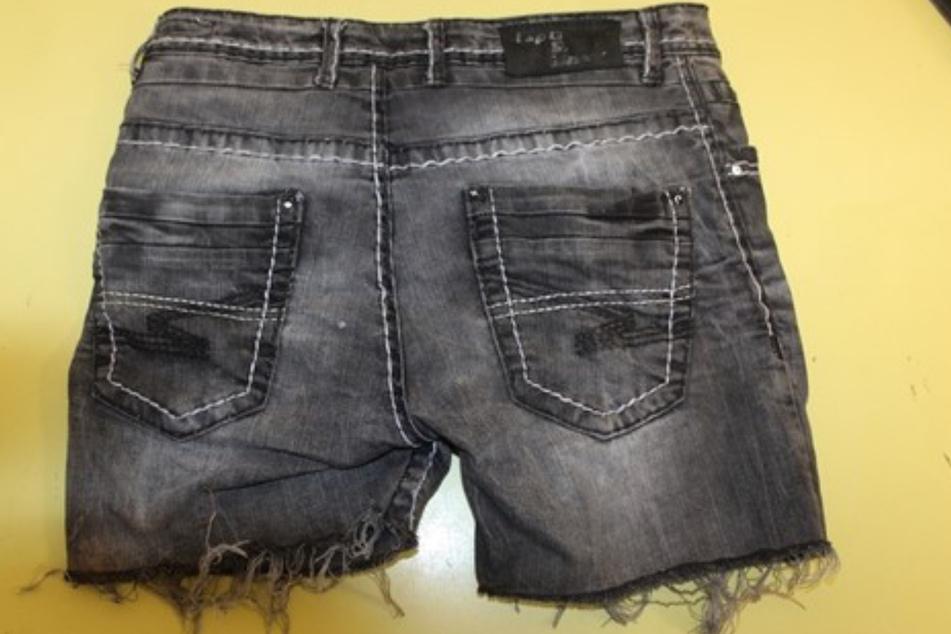 Die Jeans wurde wohl eigenhändig gekürzt.