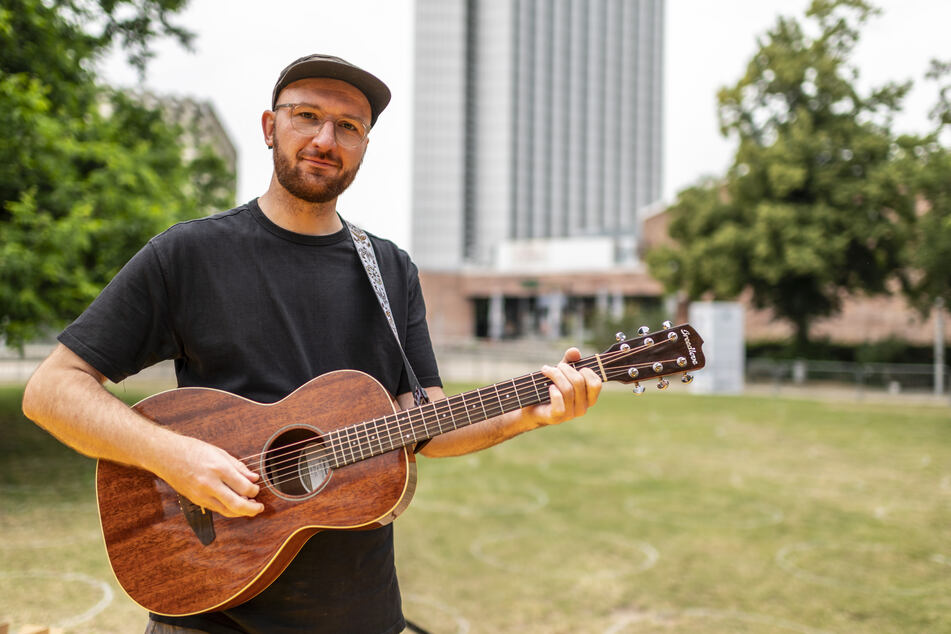 """Singer-Songwriter René Ahlig (31) tritt am Samstag mit seiner Band """"No King. No Crown."""" auf."""