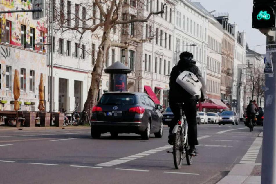 Im Leipziger Westen hat ein älterer Mann zwei Radlerinnen von ihren Zweirädern gestoßen.