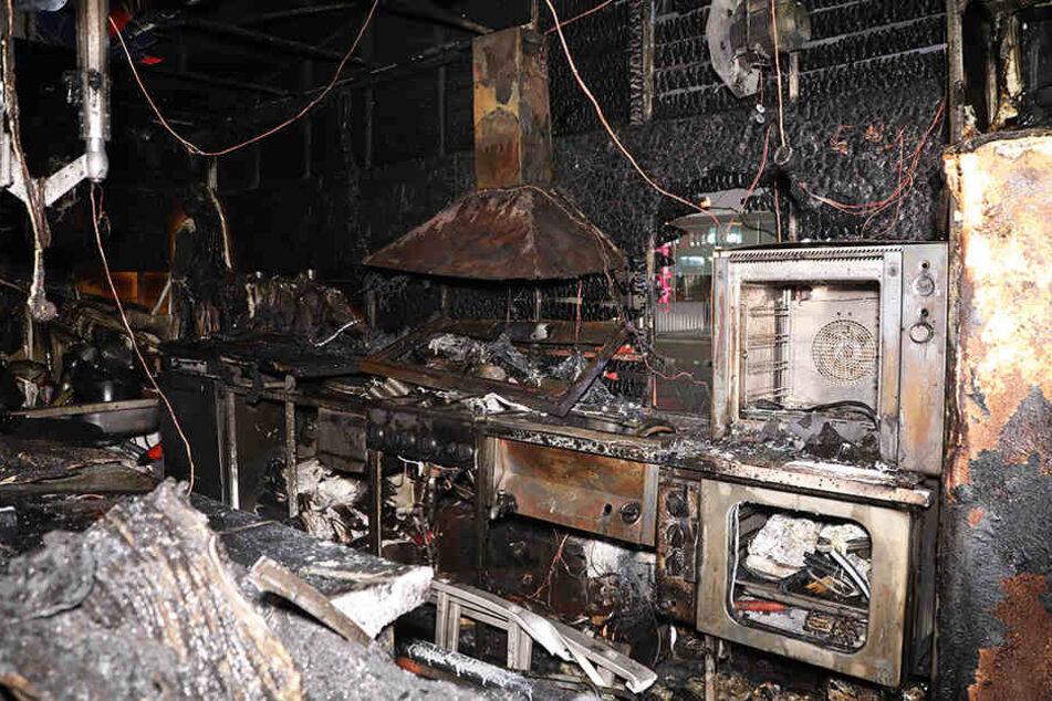 Brandstiftung? Weihnachtsmarktbude auf Dresdner Weihnachtsmarkt komplett zerstört