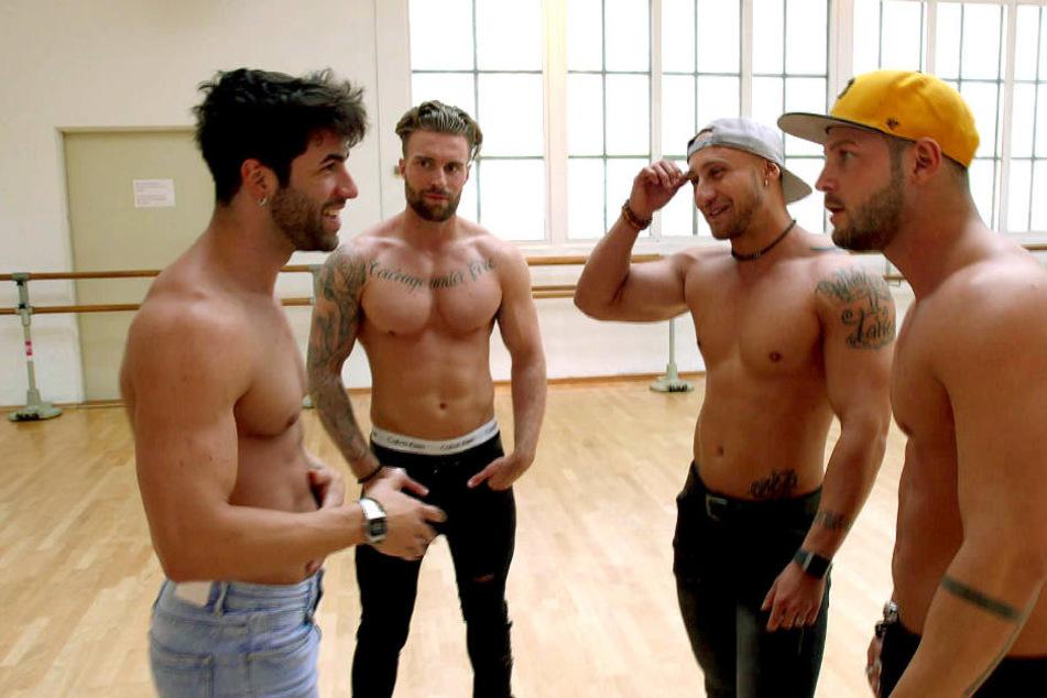 Chris (re.) und die Jungs bereiten sich auf die große Stripper-Veranstaltung vor. Nur Ferhat (li.) tanzt aus der Reihe. Das gibt Ärger.