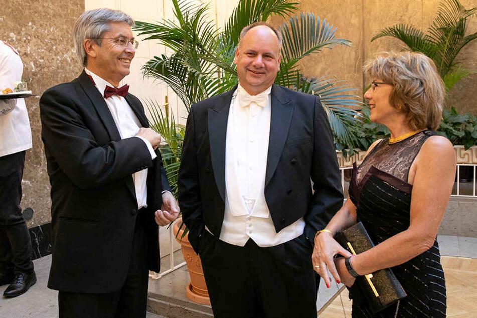TU-Rektor Hans Müller-Steinhagen (65) und seine Gattin Renate plauschen mit OB Dirk Hilbert (47, FDP, Mitte).