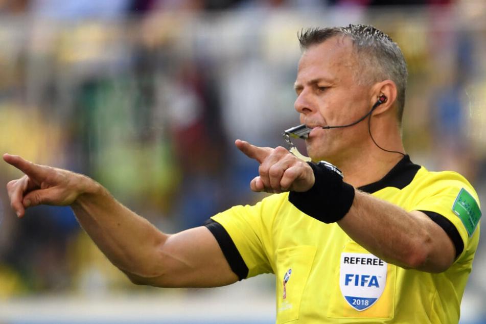 WM 2018: Schiedsrichter Björn Kuipers zeigt mit der beidhändigen Geste an, dass er seine Einschätzung der Spielszene noch einmal ansehen möchte.