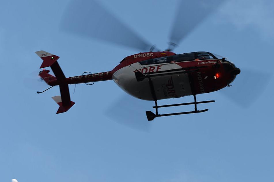 Zwei Menschen starben in Niederbayern noch an der Unfallstelle, drei wurden schwer verletzt. (Symbolbild)