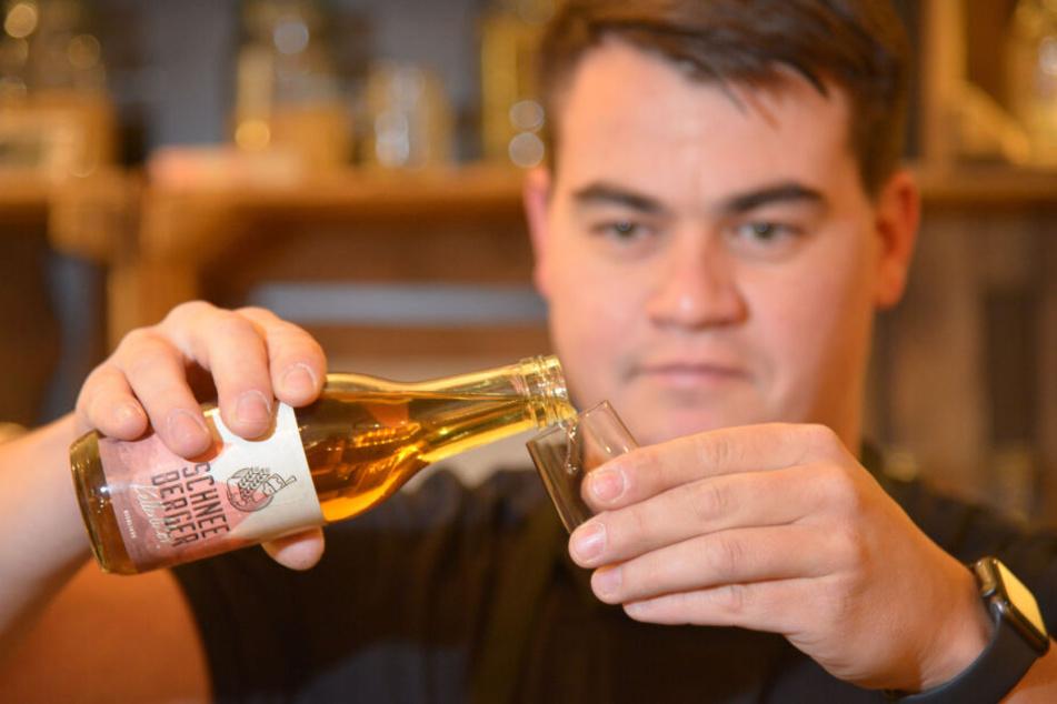 Denny Helmer (39) filtriert das selbstgebraute Bier.