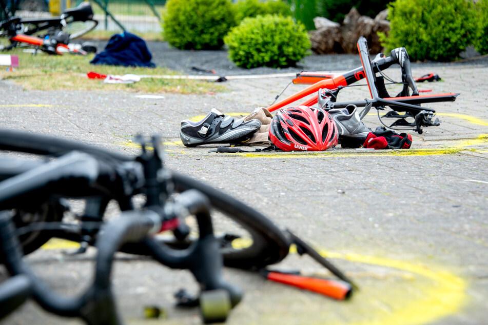 Auto wird in Gruppe von Rennradfahrern geschleudert: Ein Toter, drei Verletzte