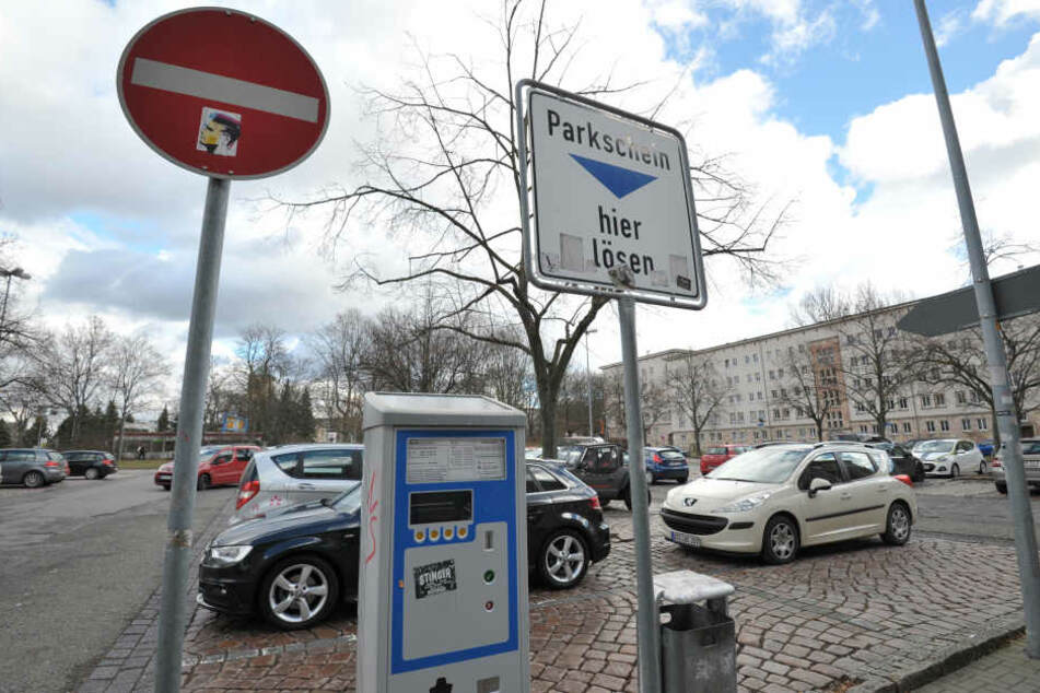 Parkgebühren bald überall: Für 4800 bislang kostenlose Plätze rund um die City  will die Stadt ab 2019 Geld kassieren.