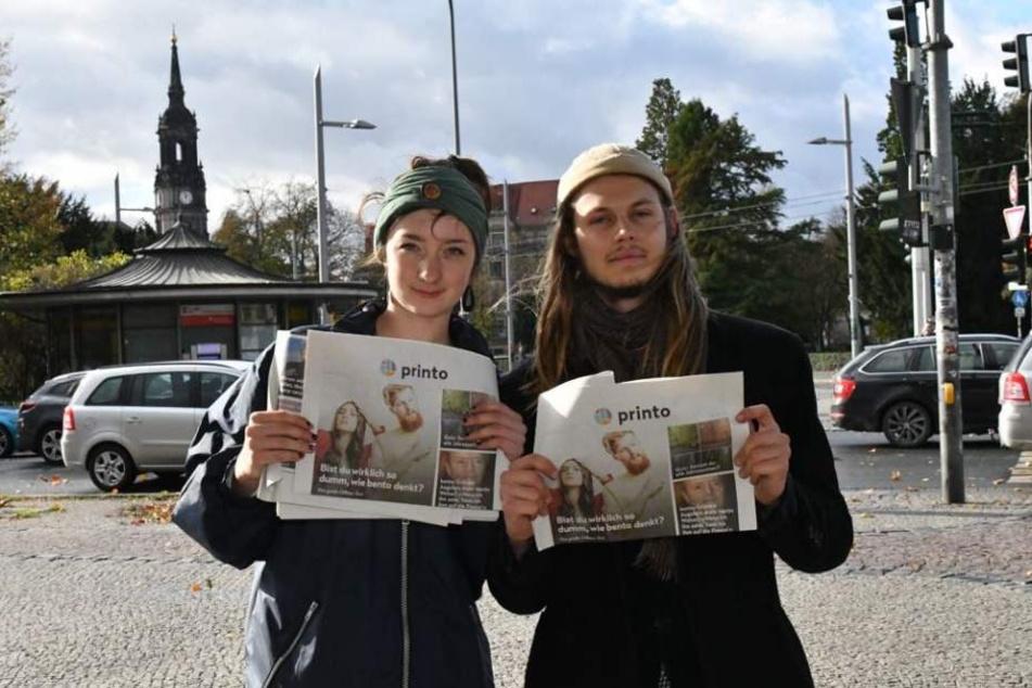 Helfer verteilen in Dresden am Albertplatz die kostenlose Böhmermann-Zeitung.