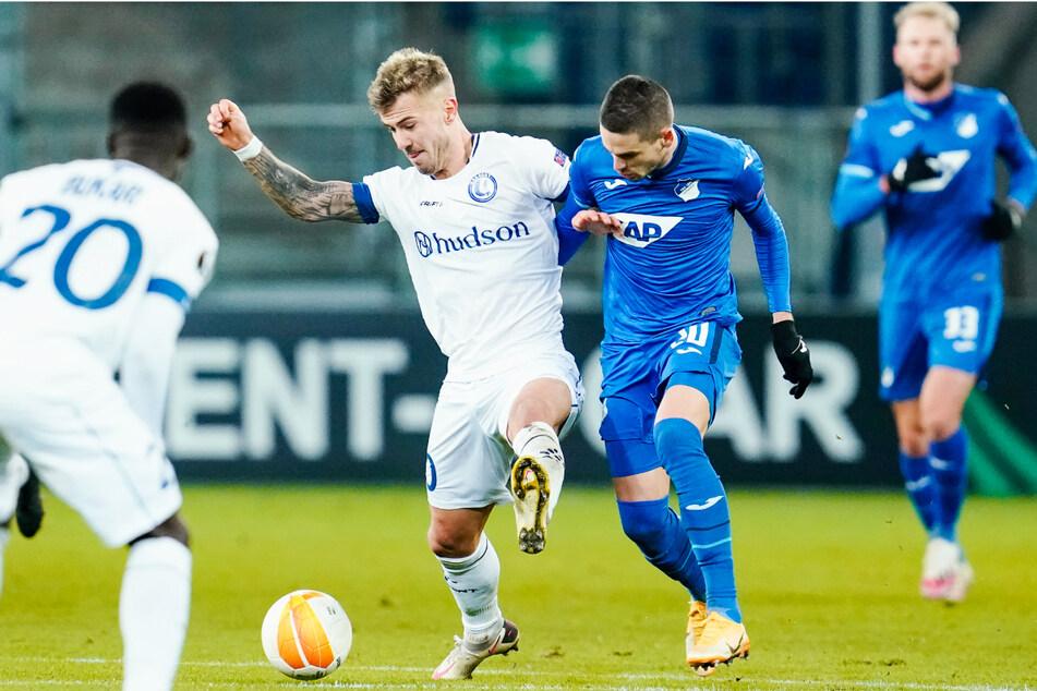 Niklas Dorsch (23, 2.v.l.) spielte in der vergangenen Saison bei der KAA Gent und kam hier auch in der Europa League gegen die TSG 1899 Hoffenheim um Mijat Gacinovic (26, 2.v.r.) zum Einsatz.