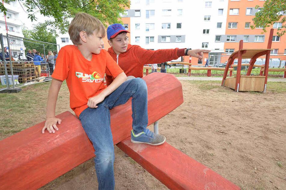"""Markus (10) und Jonas (13) freuen sich über den neuen Spielplatz auf dem """"Alten Flughafen"""" im Heckertgebiet."""
