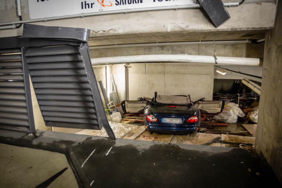 Der Mann stürzte mit seinem Auto eine Etage tiefer und krachte dort auf Baumaterialien.