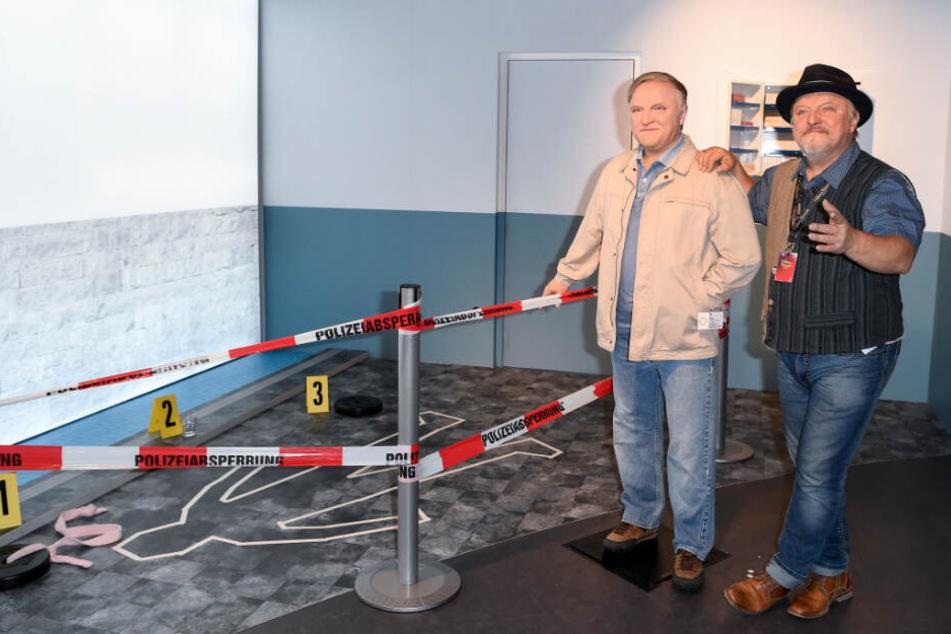 """Der Schauspieler Axel Prahl steht neben seiner Wachsfigur im """"Tartort-Bereich"""" im Wachsfigurenkabinett Madame Tussauds Berlin."""