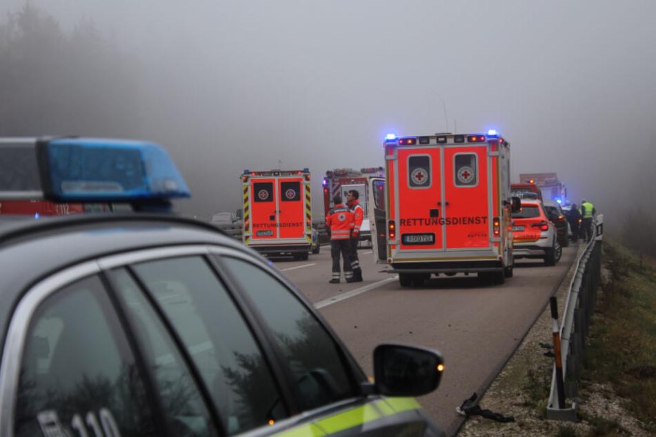 Einsatzkräfte stehen an der Unfallstelle auf der A3.