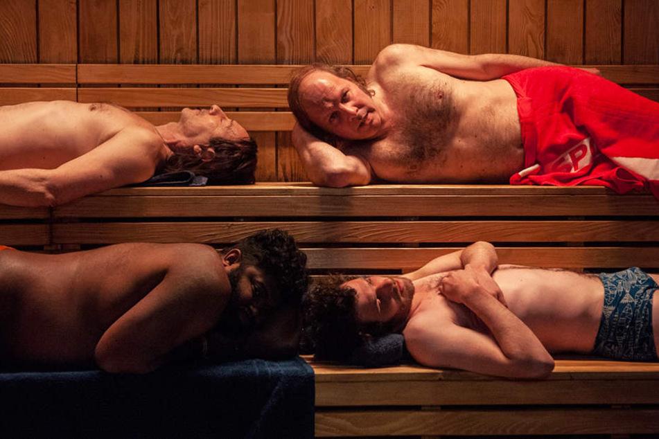 Damit ihre Form besser wird, wird das Synchronschwimmteam der Männer zwei Stunden in die Sauna gesperrt.