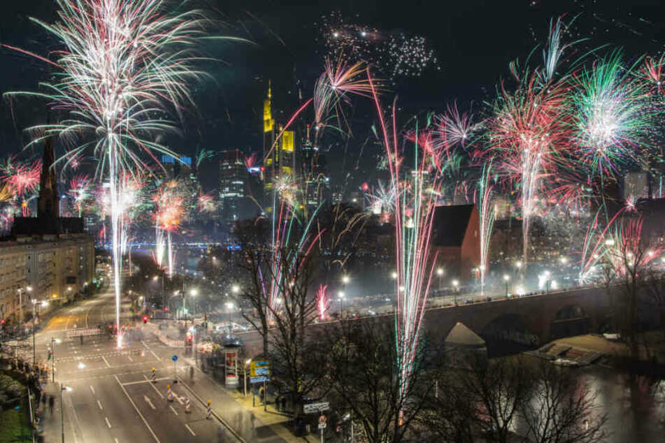 Das Mainufer in Frankfurt ist jedes Jahr Schauplatz des Stadt-Feuerwerks (Archivfoto).
