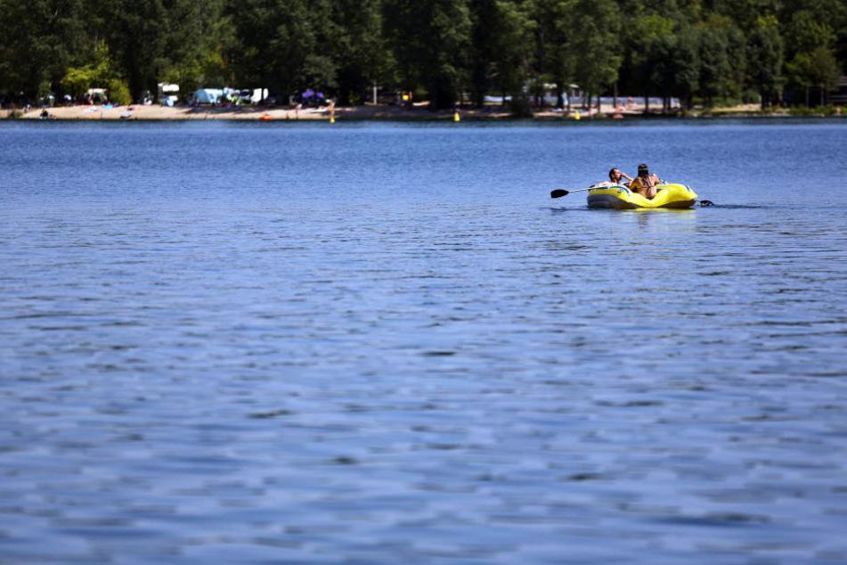Ein Pärchen schippert auf einem Schlauchboot über den Kulkwitzer See. Hier wurden am Samstag über 30 Grad Wassertemperatur gemessen.