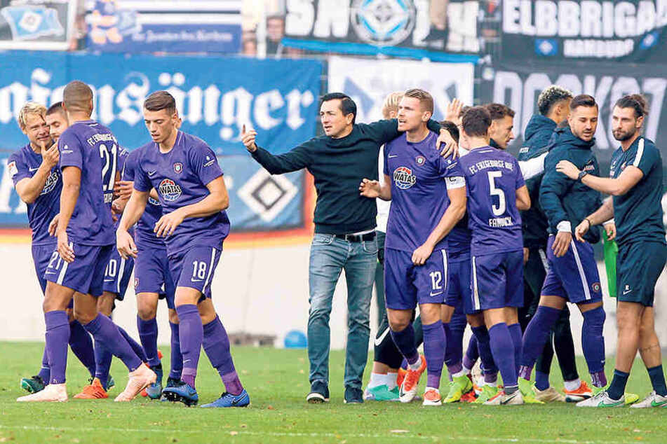 FCE-Trainer Daniel Meyer (M.) freute sich mit seinen Spielern über den 1:1-Ausgleich.