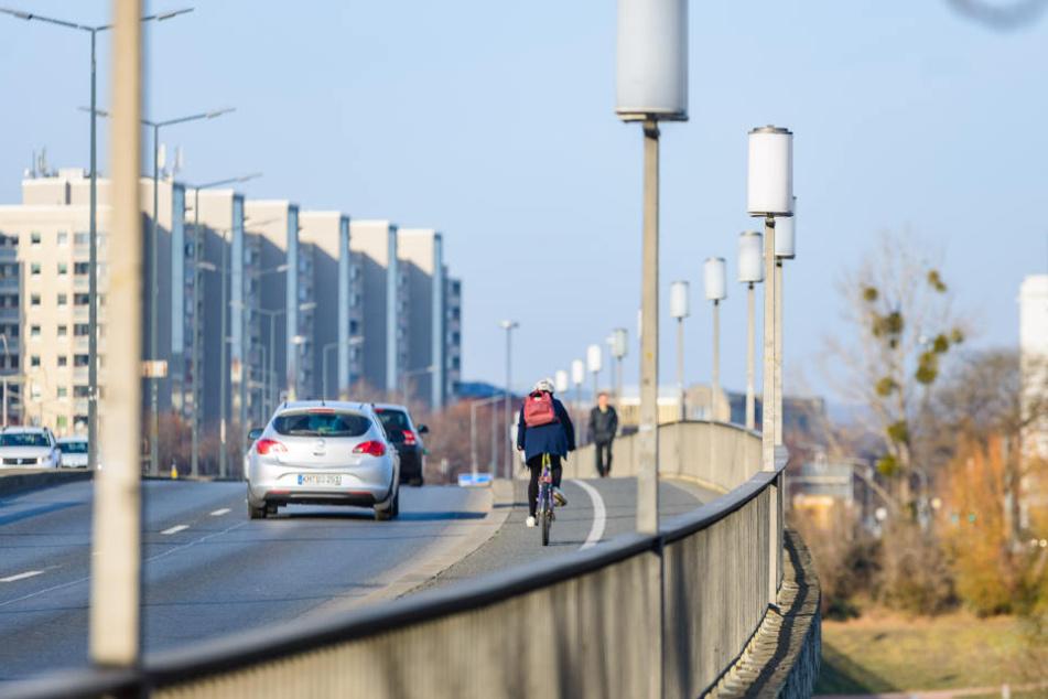 Der Radweg über die Brücke ist aus Sicht von Linken, Grünen und SPD viel zu klein.