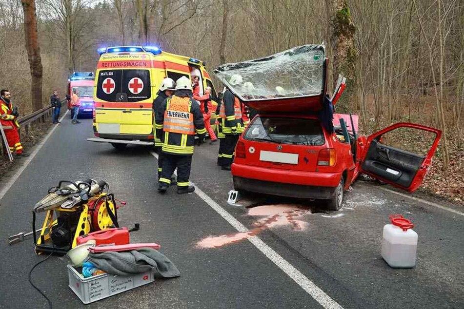 Kurz nach dem Ortsausgang Tharandt verlor der VW-Fahrer in einer Kurve die Kontrolle über sein Fahrzeug und prallte frontal gegen einen Baum.
