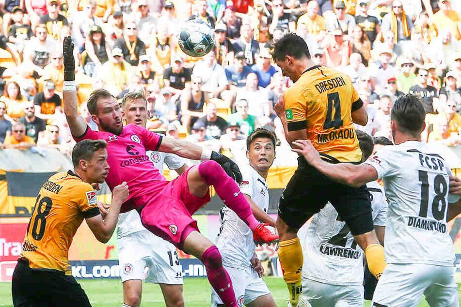 Der Treffer zum zwischenzeitlichen 1:3 gegen St. Pauli: Jannis Nikolaou (Nummer 4) köpft ein, FC-Keeper Robin Himmelmann streckt sich vergebens. Nikolaou gehört in dieser Saison zu den stabilsten Dresdnern.