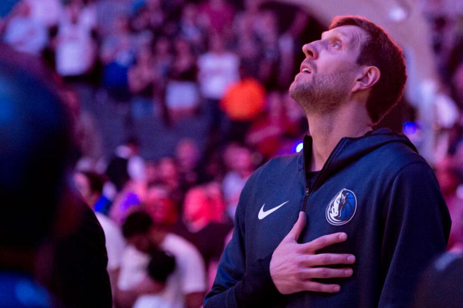 Nowitzki kommen bei der Hymne vor seinem letzten Spiel die Tränen.